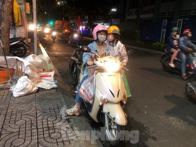 Tối muộn, người TPHCM tranh thủ mua cá chép cúng ông Táo ảnh 4