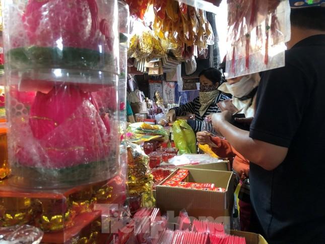 TPHCM: Tiểu thương 'ngóng' khách mua đồ cúng ông Công ông Táo ảnh 22