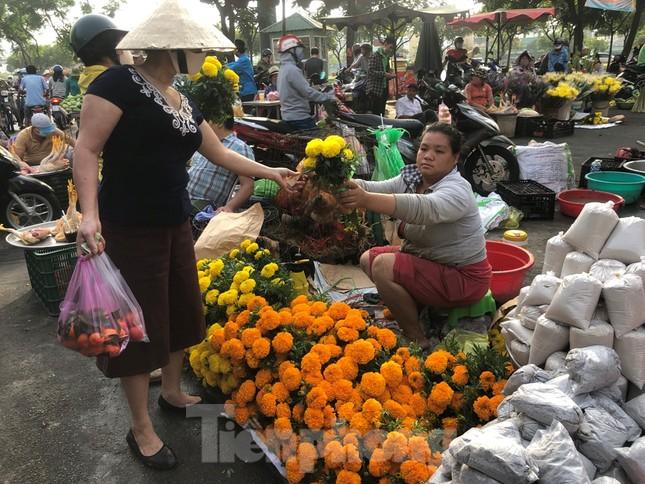 TPHCM: Tiểu thương 'ngóng' khách mua đồ cúng ông Công ông Táo ảnh 17