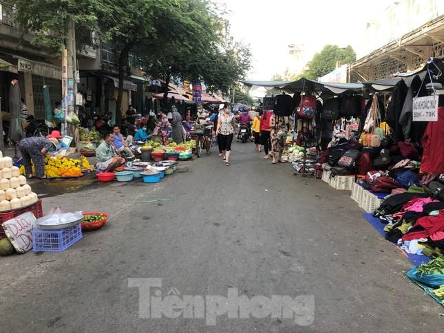 TPHCM: Tiểu thương 'ngóng' khách mua đồ cúng ông Công ông Táo ảnh 15