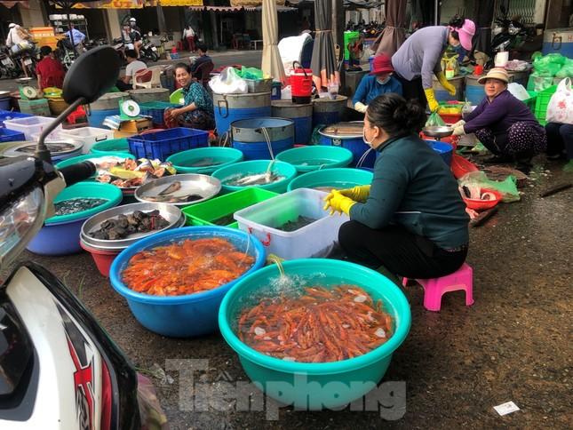 TPHCM: Tiểu thương 'ngóng' khách mua đồ cúng ông Công ông Táo ảnh 13