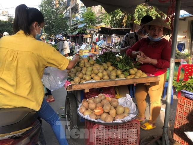 TPHCM: Tiểu thương 'ngóng' khách mua đồ cúng ông Công ông Táo ảnh 5