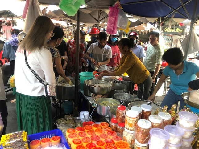 TPHCM: Tiểu thương 'ngóng' khách mua đồ cúng ông Công ông Táo ảnh 7