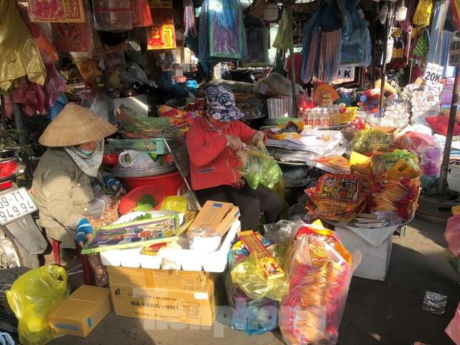 TPHCM: Tiểu thương 'ngóng' khách mua đồ cúng ông Công ông Táo ảnh 25