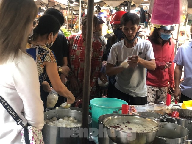 TPHCM: Tiểu thương 'ngóng' khách mua đồ cúng ông Công ông Táo ảnh 8