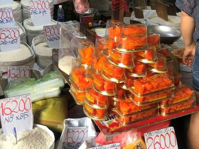 TPHCM: Tiểu thương 'ngóng' khách mua đồ cúng ông Công ông Táo ảnh 10