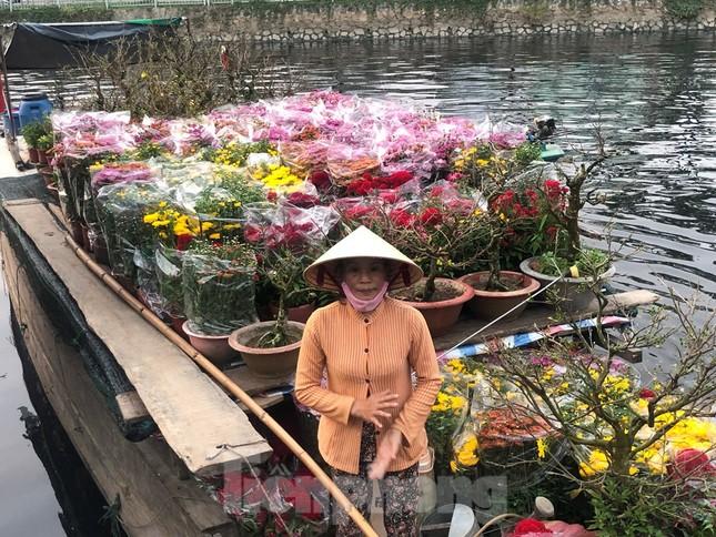 Chèo thuyền SUP lướt sông Sài Gòn đi chợ hoa Tết ảnh 1
