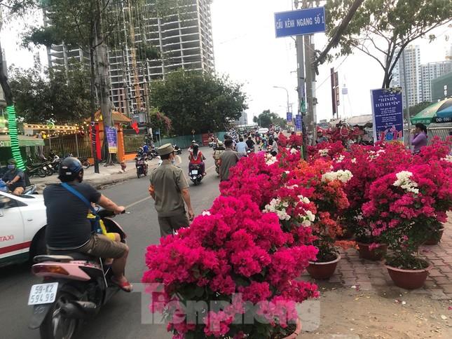 Chèo thuyền SUP lướt sông Sài Gòn đi chợ hoa Tết ảnh 14