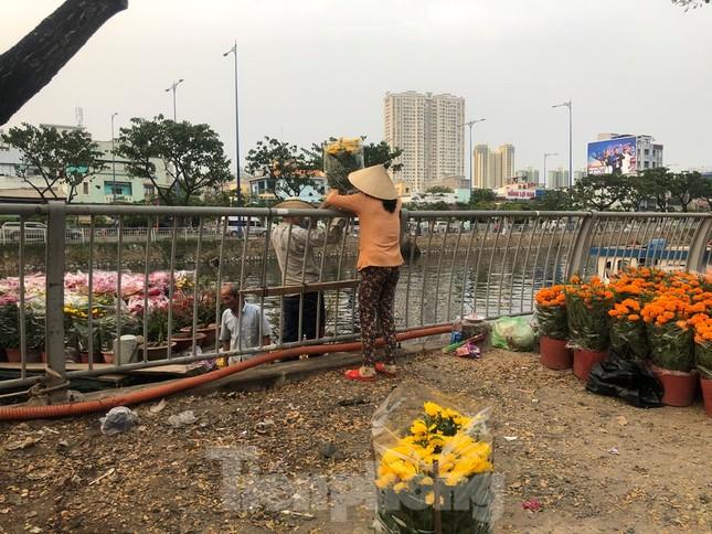 Chèo thuyền SUP lướt sông Sài Gòn đi chợ hoa Tết ảnh 16