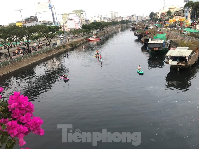 Chèo thuyền SUP lướt sông Sài Gòn đi chợ hoa Tết ảnh 17