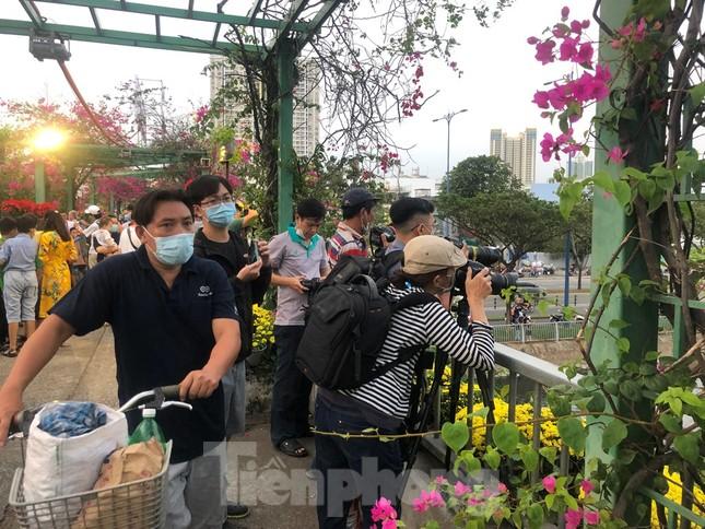 Chèo thuyền SUP lướt sông Sài Gòn đi chợ hoa Tết ảnh 23