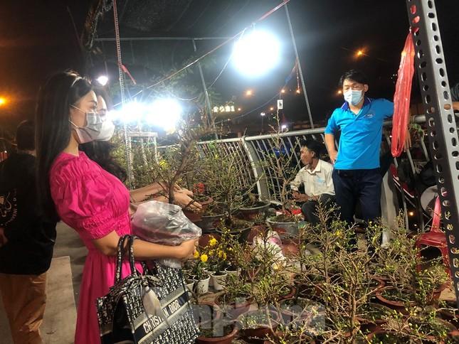 Chèo thuyền SUP lướt sông Sài Gòn đi chợ hoa Tết ảnh 4