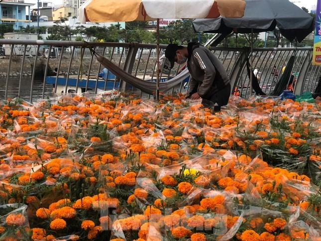 Chèo thuyền SUP lướt sông Sài Gòn đi chợ hoa Tết ảnh 7