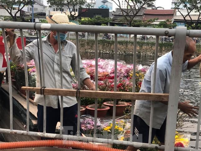 Chèo thuyền SUP lướt sông Sài Gòn đi chợ hoa Tết ảnh 8