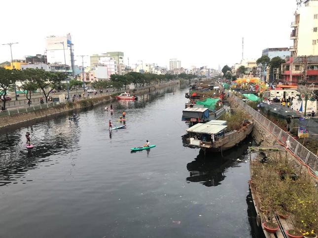 Chèo thuyền SUP lướt sông Sài Gòn đi chợ hoa Tết ảnh 18