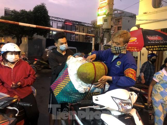 Dân Mả Lạng đem cả 'siêu thị' vào khu cách ly ảnh 7