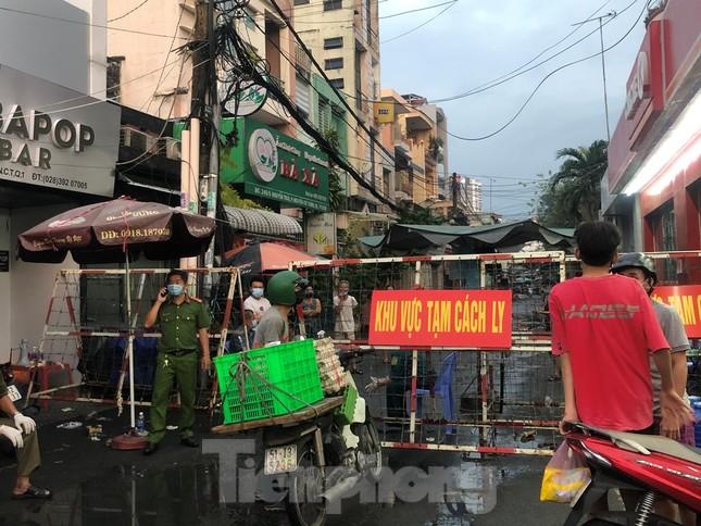 Dân Mả Lạng đem cả 'siêu thị' vào khu cách ly ảnh 6
