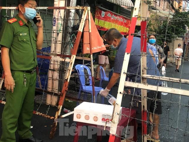 Dân Mả Lạng đem cả 'siêu thị' vào khu cách ly ảnh 5