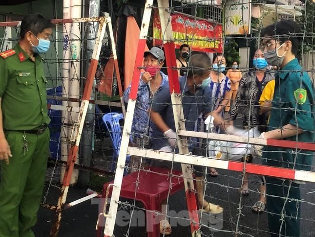 Dân Mả Lạng đem cả 'siêu thị' vào khu cách ly ảnh 3