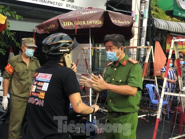 Dân Mả Lạng đem cả 'siêu thị' vào khu cách ly ảnh 4