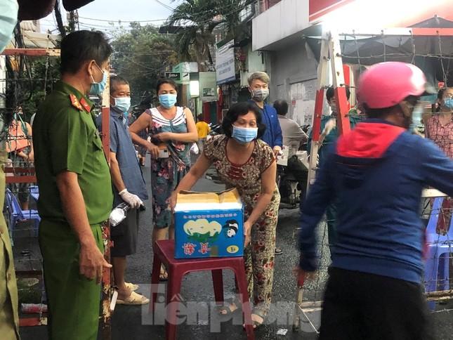 Dân Mả Lạng đem cả 'siêu thị' vào khu cách ly ảnh 2