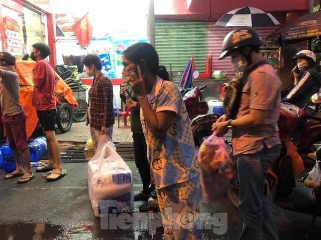 Dân Mả Lạng đem cả 'siêu thị' vào khu cách ly ảnh 1