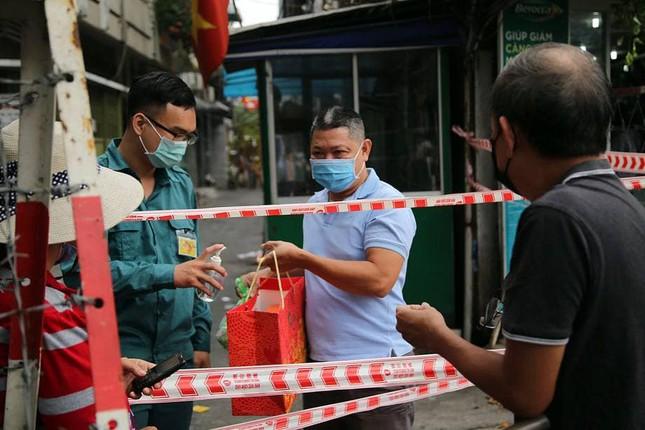 TPHCM: Xét nghiệm kháng thể nhóm nhân viên bốc xếp ở sân bay Tân Sơn Nhất ảnh 2