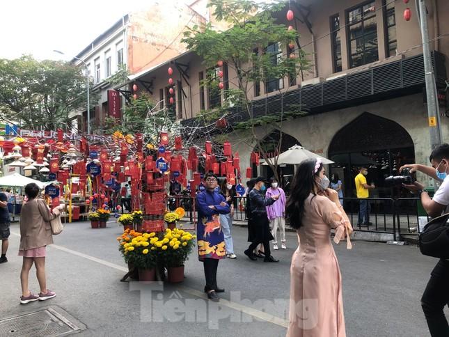 Đi chơi đường hoa Nguyễn Huệ, khách vẫn 'canh me' mở khẩu trang tạo dáng ảnh 19