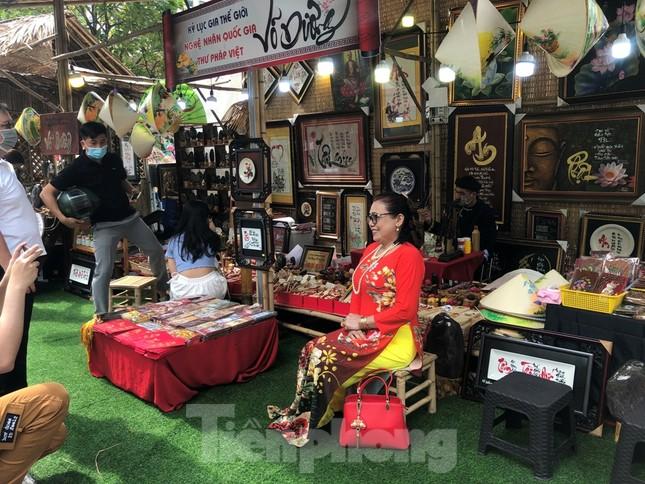 Đi chơi đường hoa Nguyễn Huệ, khách vẫn 'canh me' mở khẩu trang tạo dáng ảnh 18