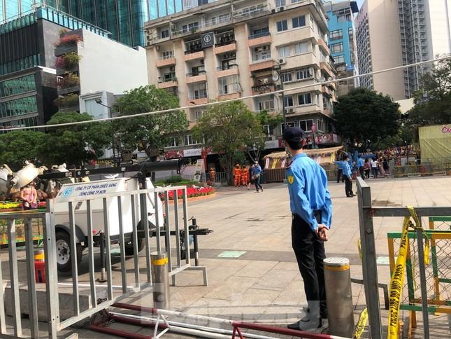 Đi chơi đường hoa Nguyễn Huệ, khách vẫn 'canh me' mở khẩu trang tạo dáng ảnh 2