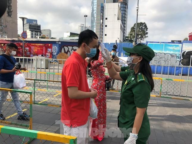 Đi chơi đường hoa Nguyễn Huệ, khách vẫn 'canh me' mở khẩu trang tạo dáng ảnh 6