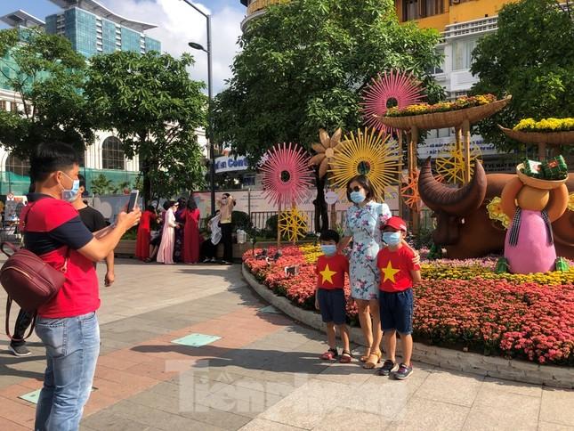Đi chơi đường hoa Nguyễn Huệ, khách vẫn 'canh me' mở khẩu trang tạo dáng ảnh 16