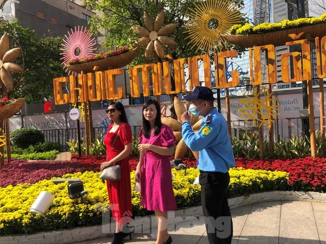 Đi chơi đường hoa Nguyễn Huệ, khách vẫn 'canh me' mở khẩu trang tạo dáng ảnh 21