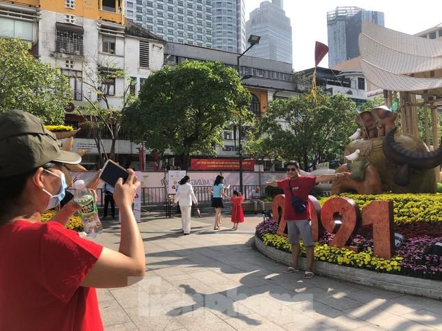 Đi chơi đường hoa Nguyễn Huệ, khách vẫn 'canh me' mở khẩu trang tạo dáng ảnh 17
