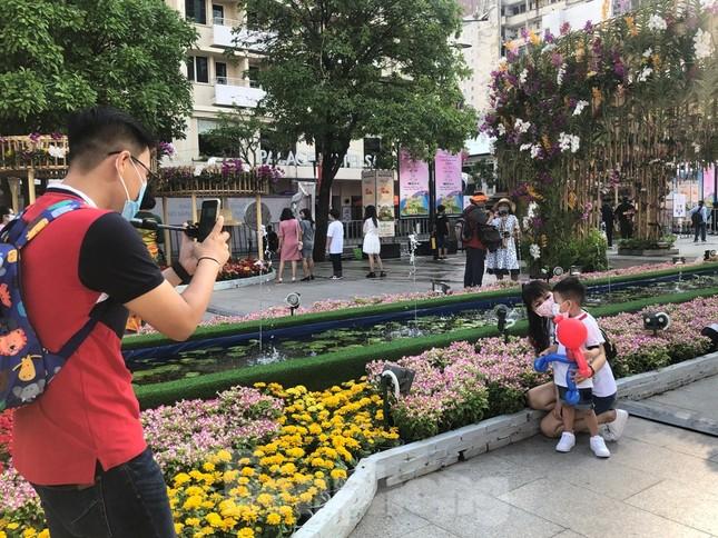 Đi chơi đường hoa Nguyễn Huệ, khách vẫn 'canh me' mở khẩu trang tạo dáng ảnh 14