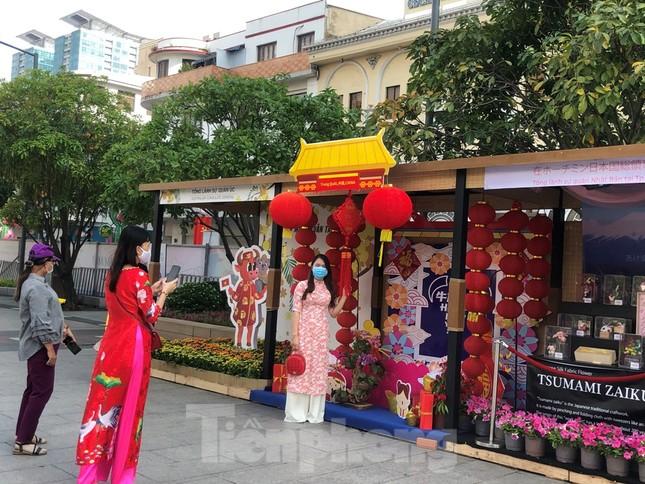 Đi chơi đường hoa Nguyễn Huệ, khách vẫn 'canh me' mở khẩu trang tạo dáng ảnh 15