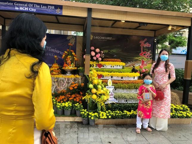 Đi chơi đường hoa Nguyễn Huệ, khách vẫn 'canh me' mở khẩu trang tạo dáng ảnh 13