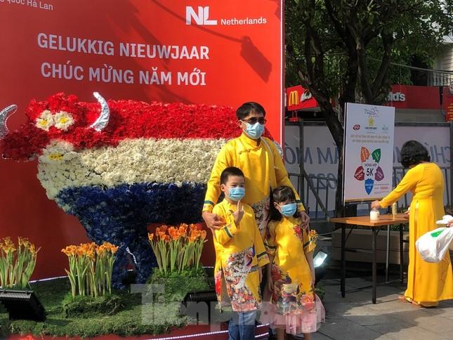 Đi chơi đường hoa Nguyễn Huệ, khách vẫn 'canh me' mở khẩu trang tạo dáng ảnh 10