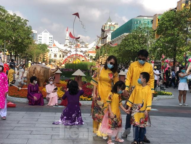 Đi chơi đường hoa Nguyễn Huệ, khách vẫn 'canh me' mở khẩu trang tạo dáng ảnh 9