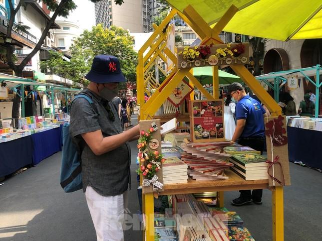 Đi chơi đường hoa Nguyễn Huệ, khách vẫn 'canh me' mở khẩu trang tạo dáng ảnh 24