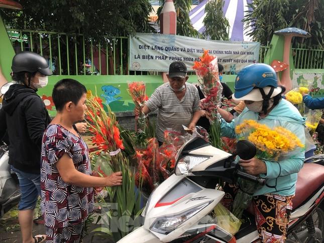 TPHCM: Chợ hoa Hồ Thị Kỷ 'xả hàng' kéo khách ảnh 2