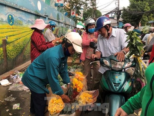 TPHCM: Chợ hoa Hồ Thị Kỷ 'xả hàng' kéo khách ảnh 3