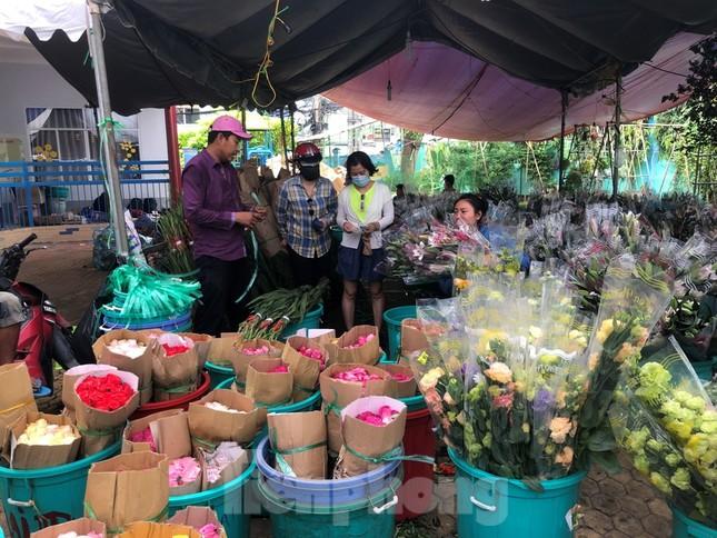 TPHCM: Chợ hoa Hồ Thị Kỷ 'xả hàng' kéo khách ảnh 6