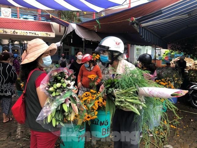 TPHCM: Chợ hoa Hồ Thị Kỷ 'xả hàng' kéo khách ảnh 7