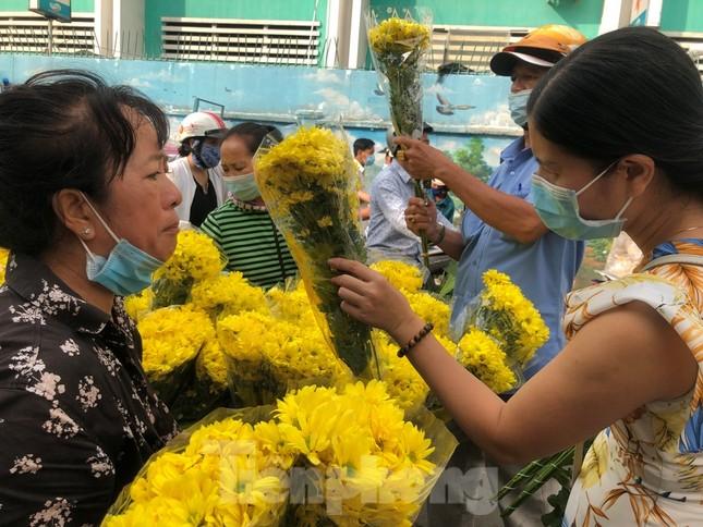 TPHCM: Chợ hoa Hồ Thị Kỷ 'xả hàng' kéo khách ảnh 4