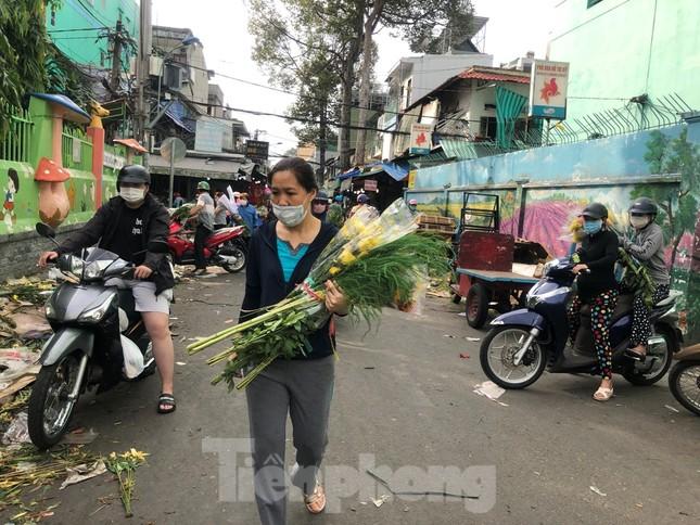 TPHCM: Chợ hoa Hồ Thị Kỷ 'xả hàng' kéo khách ảnh 5