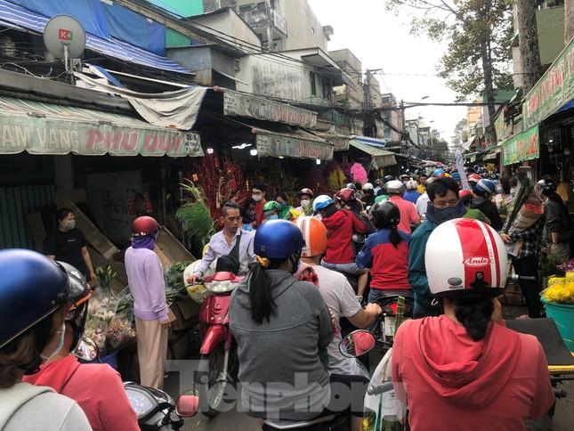 TPHCM: Chợ hoa Hồ Thị Kỷ 'xả hàng' kéo khách ảnh 10