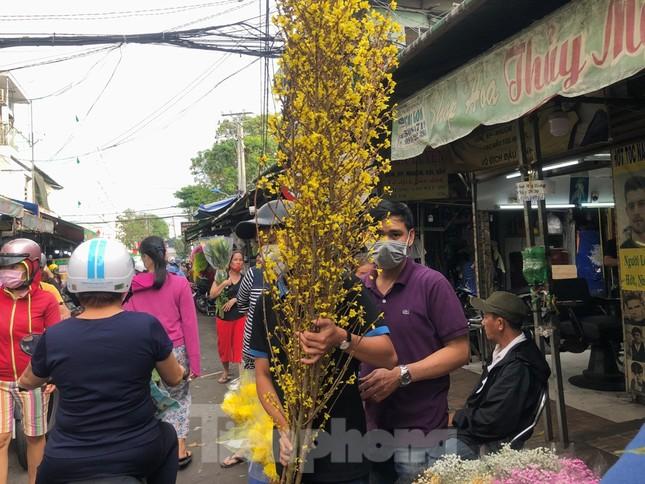 TPHCM: Chợ hoa Hồ Thị Kỷ 'xả hàng' kéo khách ảnh 11