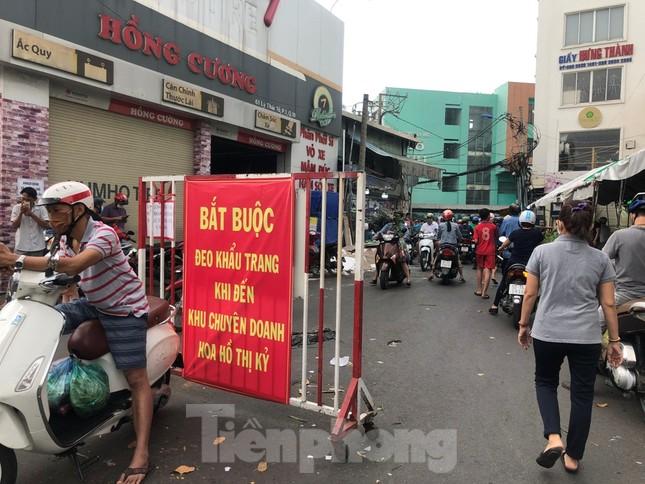 TPHCM: Chợ hoa Hồ Thị Kỷ 'xả hàng' kéo khách ảnh 1