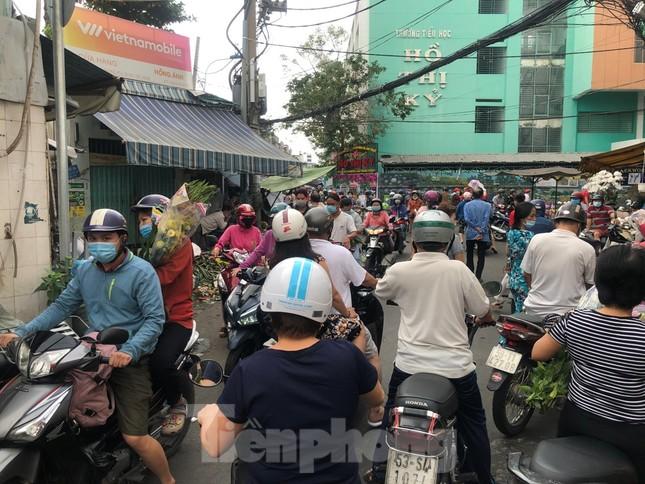 TPHCM: Chợ hoa Hồ Thị Kỷ 'xả hàng' kéo khách ảnh 9